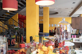 dekorative Farbgestaltung im Café Michaelis